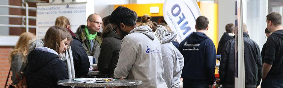 Angehörige der Universität beraten die Schülerinnen und Schüler und stellen ihnen Informationen rund ums Studium zur Verfügung.