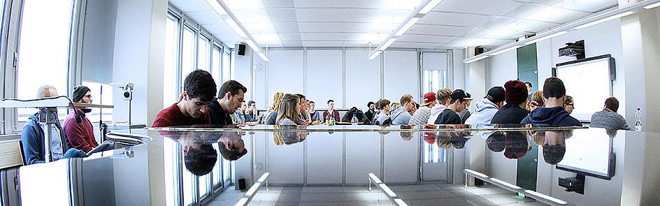 Die Studierenden lernen in großen Vorlesungen oder kleineren Seminaren.