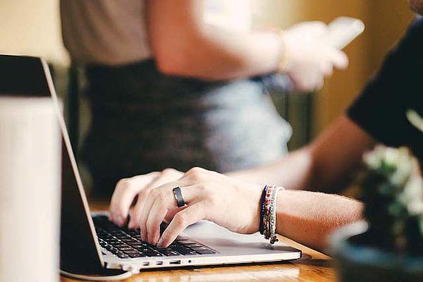Bild mit Händen am Laptop