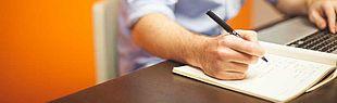 Das Bild zeigt eine Person, die etwas aufschreibt (Quelle: pixabay)