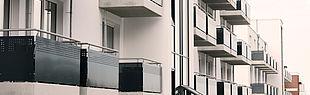 Blick auf die Balkone eines Wohnhauses