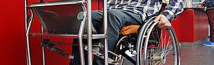 Das Bild zeigt einen Mann im Rollstuhl mit einem Tablett Wagen (Foto: Universität Paderborn, Annette Ettingshausen)