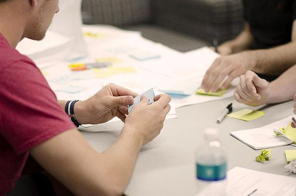 Das Bild zeigt Studierende beim Lernen