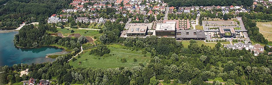 Der Campus an der Fürstenallee mit dem Heinz Nixdorf Institut und dem Padersee – Ansicht von Südwest. (Juni 2018)