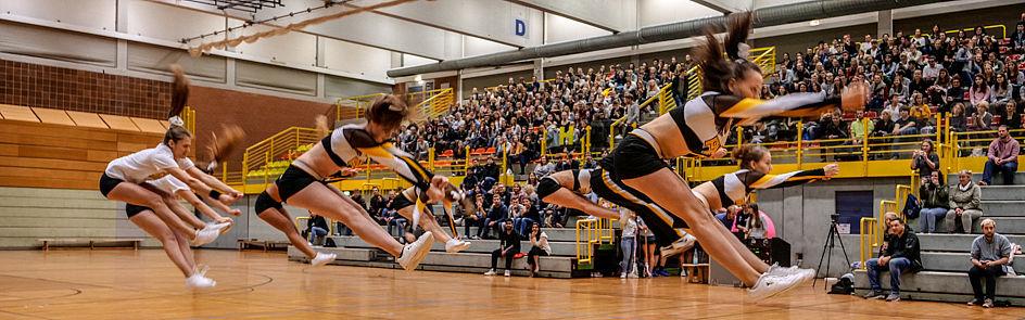 Akrobatik zur Einstimmung durch die Cheerleader des Paderborn Hornets Lacrosse e. V.