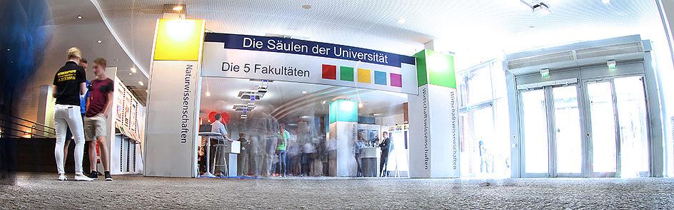 Studieninteressierte können umfangreiche Beratungsangebote in Anspruch nehmen und sich so ein Bild der Universität machen.