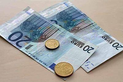 Das Bild zeigt zwei Euroscheine und zwei Eurostücke (Quelle: Universität Paderborn, Cinderella Welz)