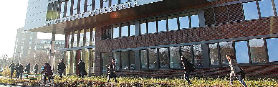 Studierende vor dem Gebäude Q