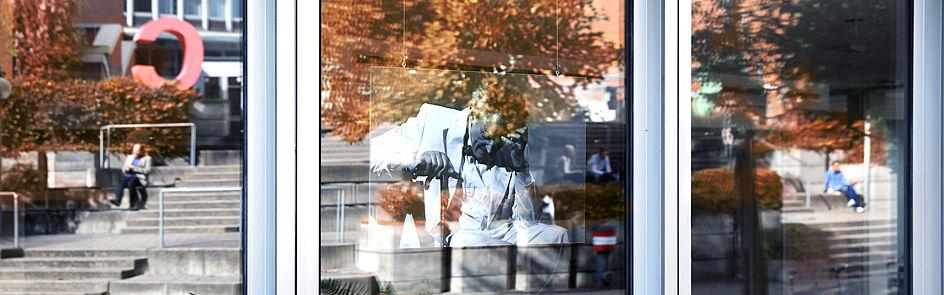 In den Fenstern der Studiobühne spiegelt sich der Innenhof.