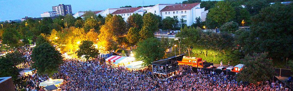 Die Masse tanzt: Das AStA-Sommerfestival lockt jährlich bis zu 14.000 Musikbegeisterte auf den Uni-Campus.