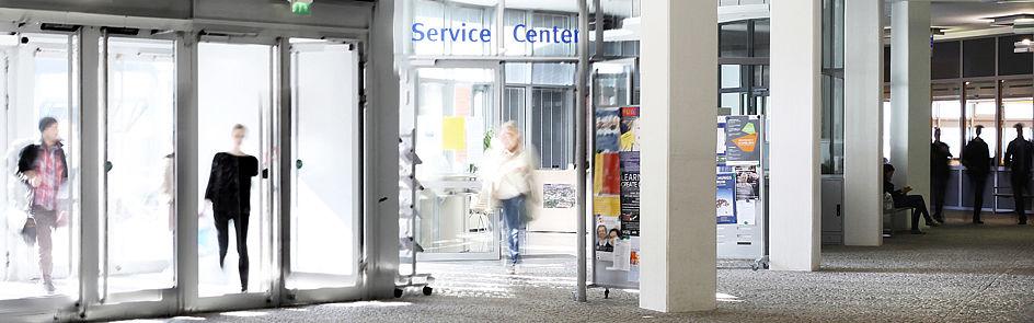 Für viele Studienanfängerinnen und Studienanfänger ist das Service Center im Eingangsbereich der Universität erste Anlaufstelle bei Fragen zur Bewerbung, Einschreibung oder Orientierung auf dem Campus.