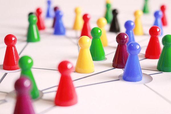 Bild zeigt bunte Spielfiguren auf einem Netzwerk