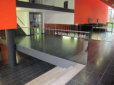Das Bild zeigt das L-Gebäude der Universität Paderborn (Quelle: Universität Paderborn, Cinderella Welz)