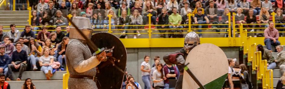 Auch außergewöhnliche Sportarten gibt es beim Hochschulsport Paderborn. Hier: Realistischer Schwertkampf.