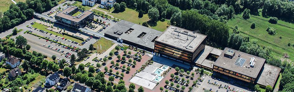 Die Zukunftsmeile Fürstenallee (l.), das Heinz Nixdorf Institut (r.) und einige Bereiche der Informatik befinden sich nicht auf dem Hauptcampus, sind aber feste Bestandteile der Universität Paderborn.